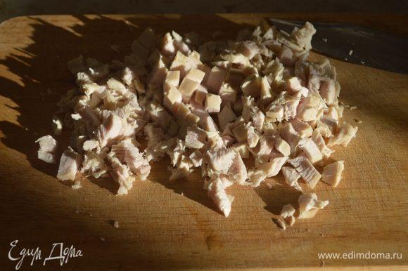 Отваренную куриную грудку нарезаем мелким кубиком.