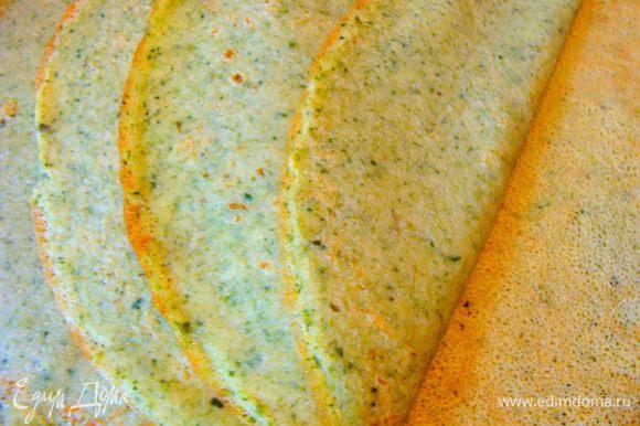 Напечь блинчики. Чтобы они не потеряли цвет, перевернув, нужно держать на сковороде не больше 20ти секунд, на небольшом огне. Так они останутся зелененькими с одной стороны обязательно!