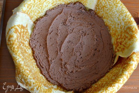 Выложить немного шоколадного мусса.