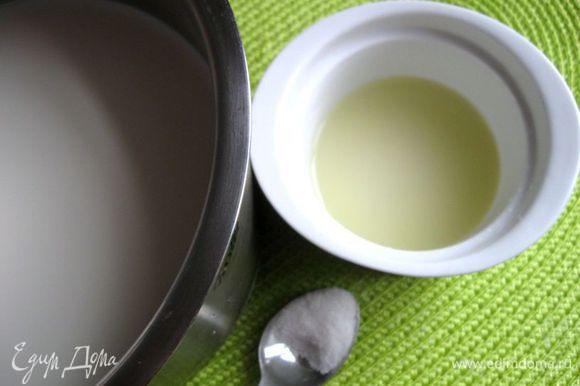 Приготовить творог. Молоко с солью (0.5 ч. л.) поставить на средний огонь, помешивать. Довести до температуры 82-86С, не кипятить. Если нет термометра, то до появления первых пузырьков. Снять с огня. Влить лимонный сок, перемешать. Сразу начнут образовываться хлопья, дать постоять 5 минут, больше не мешать, откинуть на дуршлаг и застеленный 2 слоями марли. Дать сыворотке отделиться 10-15 минут, отжать. Снять марлю. У меня получилось 140г творога.