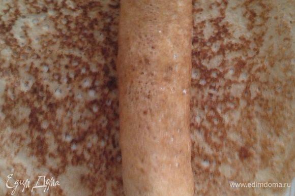 Одна такая порция отлично укладывается в блинчик, далее сворачиваем и нарезаем как роллы.