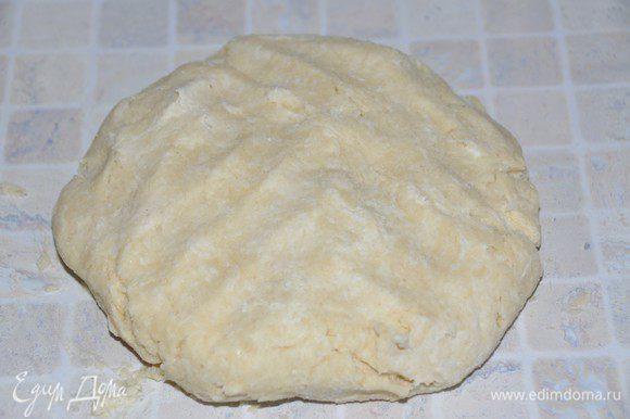 По столовой ложке добавлять ледяную воду (может вся и не понадобится) до того момента, как тесто начнёт собираться в шар. Руками собрать тесто, расплющить его, завернуть в пленку и убрать в холодильник минимум на 1 час. Такое тесто может храниться в холодильнике до 3 дней.