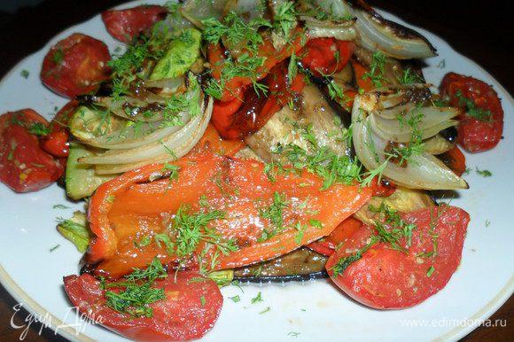 Еще через 5-7 минут, достаем. Делаем заправку из оливкового масла, бальзамика, чеснока, соли и перца. Поливаем овощи и присыпаем зеленью. Приятного аппетита!