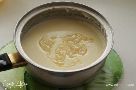 Отложить несколько столовых ложек полученного крема в другую кастрюльку, слегка подогреть и добавить туда желатин, помешать до его полного растворения. Смешать с остальным кремом. Убрать крем в холодильник до загустения.