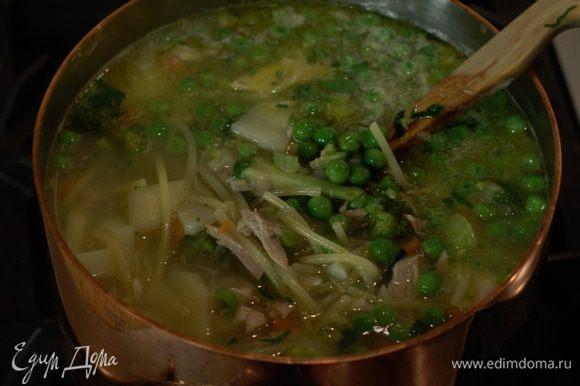 За 10 минут до готовности супа отправить в него спагетти, а еще через пару минут добавить зеленый горошек и куриное мясо (если нужно, влить еще куриного бульона).