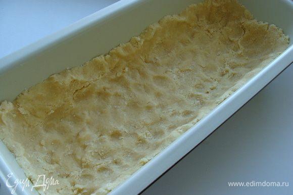 Приготовим песочное тесто. Можно сделать это быстрее, взяв готовое печенье 150 г и 60 г сливочного масла. Измельчить печенье и смешать его с маслом. Или приготовить песочную основу по рецептуhttp://www.edimdoma.ru/retsepty/67591-smetannyy-vanilnyy-chizkeyk-dlya-viki-pobeda Я уменьшила количество ингредиентов из этого рецепта. Приготовила тесто, выложила в форму.
