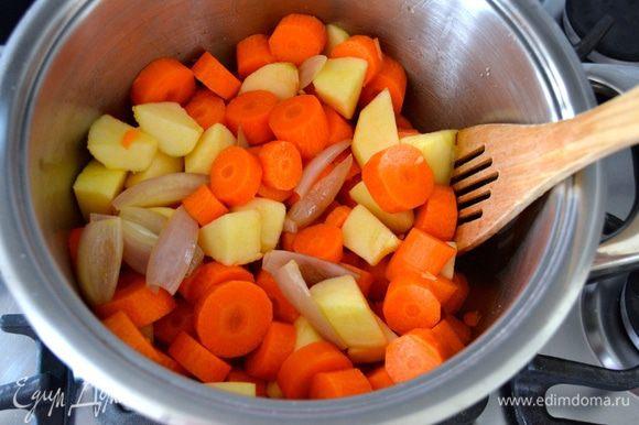 Добавить морковь с яблоком и потушить все вместе еще пару минут.