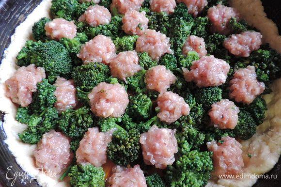 Сверху равномерно выкладываем мясные шарики. Для их приготовления готовый фарш смешаем с яйцом, посолим и поперчим по вкусу.