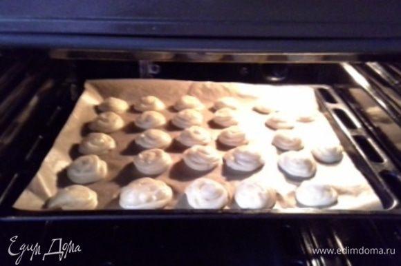 В кулинарный конверт с плоской насадкой выкладываем тесто и отсаживаем на противень, у меня получилось 27 шт. Выпекаем при 200 гр. 10 минут, убавить до 180 гр. и еще 20 минут.