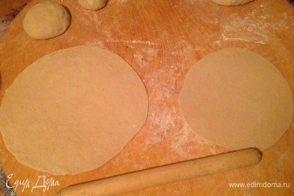 Раскатываем скалкой один большой и один маленький шарик, толщиной 3-4 мм.