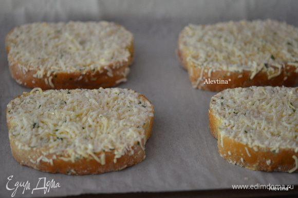 Приготовить гренки с сыром и чесноком в духовке.