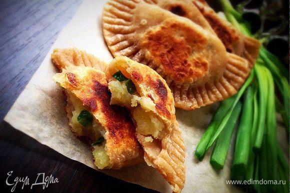 Ну а не в пост, такие пирожки можно подавать с соусом из сметаны и зелени. Очень вкусно!)