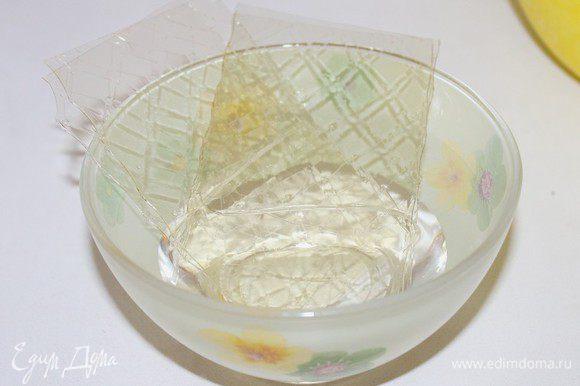 Листовой желатин замочите в холодной воде.