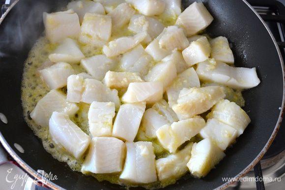 В сковороде разогреть оливковое масло и выложить кусочки рыбы. Обжарить пару минут.