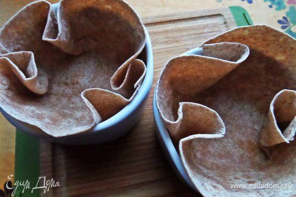 """Начнём с """"посуды"""": цельнозерновые тортильи (мою любовь к ним вы уже знаете!) поместим в керамические порционные формочки, смазав их маслом."""