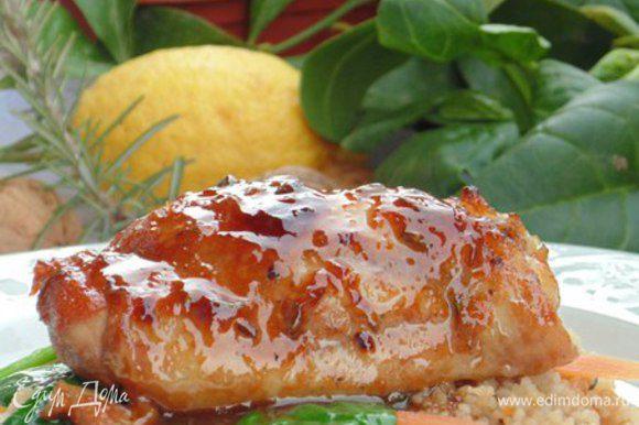 На тарелку для подачи выложить подушку из кус-куса. На кус-кус выложить овощи и курицу. Полить соусом. Приятного аппетита!