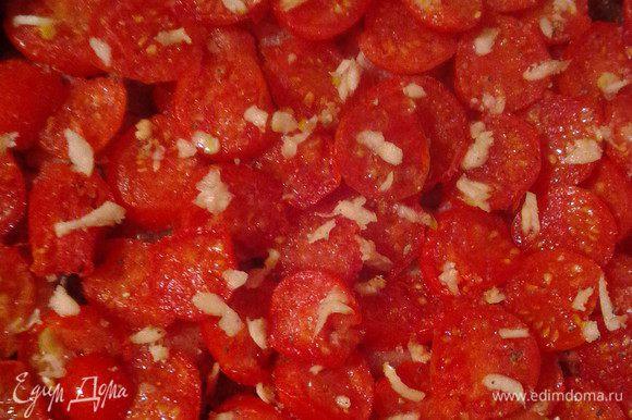 Сверху посыпать измельченным чесноком, соль и перец по вкусу.
