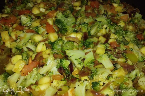 Помидор чистим и режем на кубики, брокколи откидываем на дуршлаг, обдаем холодной водой и тоже режем. Когда все овощи оказались в сковороде, солим, перчим, перемешиваем, тушим ещё несколько минут и выключаем огонь.