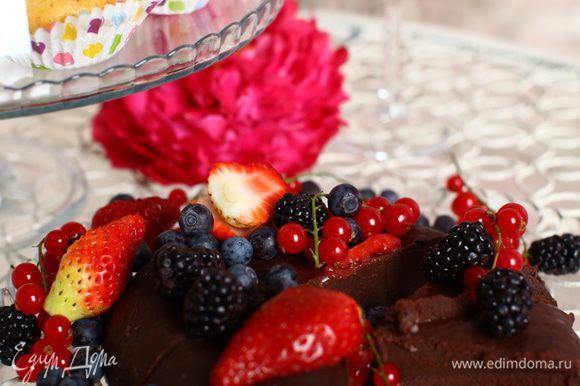 Достаньте торт, разрежьте на порционные куски. Перед подачей полейте слегка оливковым маслом.