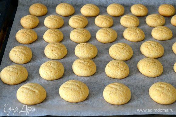 Выпекать в разогретой духовке 15-20 минут до легкого золотистого цвета. Готовое печенье переложить на решетку и остудить.