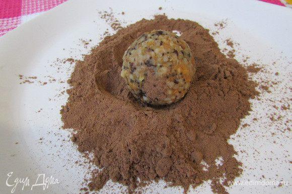 Другую часть в какао-порошке.