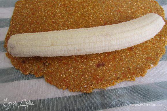 На край пласта выложить банан.