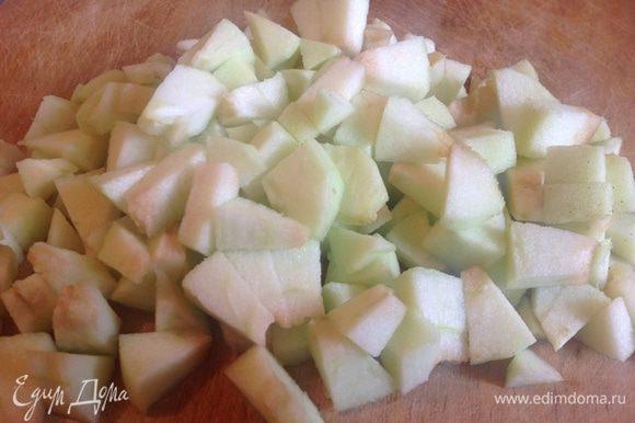 Чистим яблоки, и нарезаем кубиками.