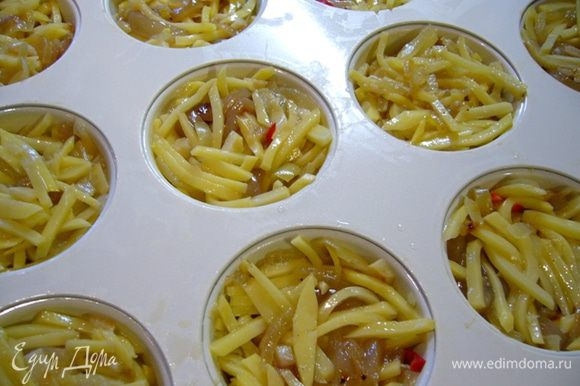 Соединить картофель, кальмары, луково-чесночную зажарку, поперчить, посолить (осторожно, кальмары соленые!). Выложить массу в горячие формочки, утрамбовать.
