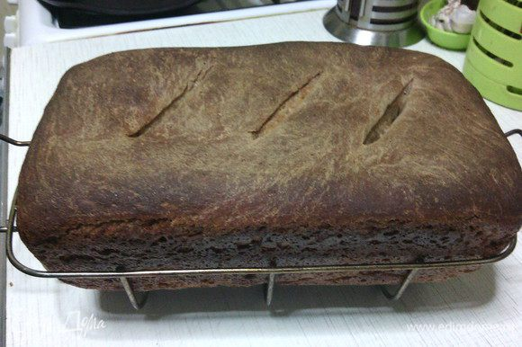 Готовый хлеб остудить на решетке.