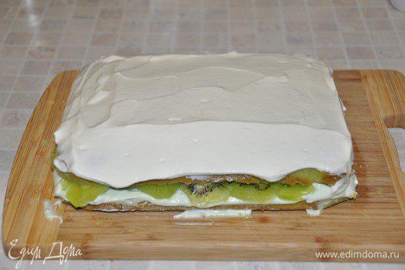 Накрыть вторым коржом. Сверху обмазать белым кремом. Боковые части промазать зеленым кремом.