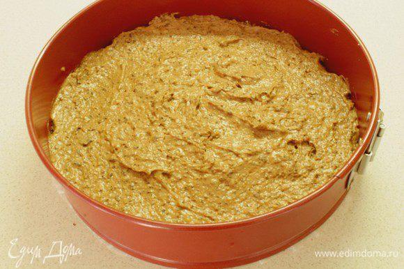 Выложить тесто в форму на 24 см, застеленную бумагой для выпечки, и отправить в предварительно разогрейте духовку до 200С.