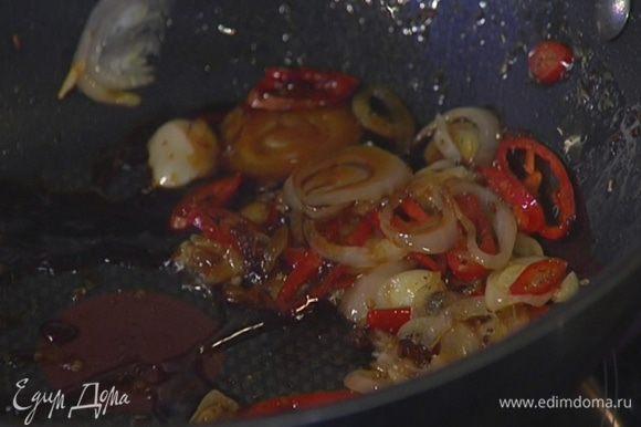 Приготовить соус: разогреть в сковороде-вок оливковое масло, выложить имбирь, чеснок, перец чили, шалот, все обжарить, затем снять сковороду с огня, влить соевый соус и перемешать.