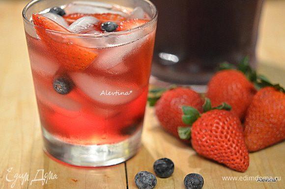 В стаканы гоблет или хайбол положить лед и налить сангрию. Приятного праздника или времяпровождения!