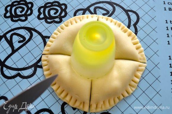 """Для удобства в центр пирожка можно поставить маленькую формочку (рюмку), соответствующую по диаметру размеру центральной начинки. С помощью острого ножа сделать 4 надреза. А затем каждый из полученных сегментов разрезать еще на 4 равных """"лепестка""""!"""