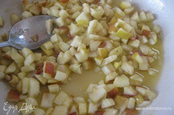 Тушить на среднем огне до образования сиропа и небольшой карамельзации яблок.