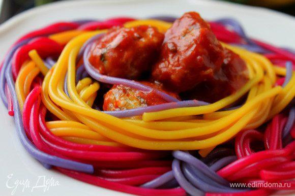 Разноцветную пасту разложить по тарелкам и в серединку положить фрикадельки в соусе. Приятного аппетита!