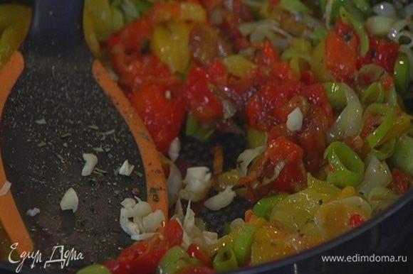 Чеснок почистить, раздавить плоской стороной ножа и мелко порубить, затем добавить в сковороду с овощами, перемешать и прогреть все еще немного.