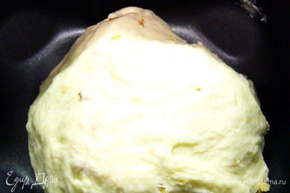 Включить режим замеса теста. Если нет сухого жаренного лука, на оливковом масле обжарить измельченный репчатый лук, дать остыть, добавить в чашу хлебопечки вместе с маслом, на котором он жарился. Вот такой комочек изначально собирается.
