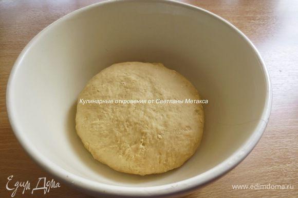 Замесить мягкое тесто. Собрать тесто в ком.