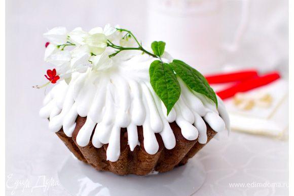 Сахарную пудру добавлять порциями, взбивая венчиком. Она должна хорошо держать форму.