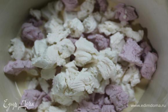 Теперь концентрированное молоко (это то, что в банках, как сгущенка, только более жидкое и несладкое) выливаем в кастрюльку, добавляем к нему обыкновенный зефир (обычно беру просто ванильный, но здесь у меня бело-розовый), разломанный на кусочки. Ставим кастрюльку на огонь и доводим молоко до кипения, постоянно помешивая смесь (лучше силиконовой лопаткой).