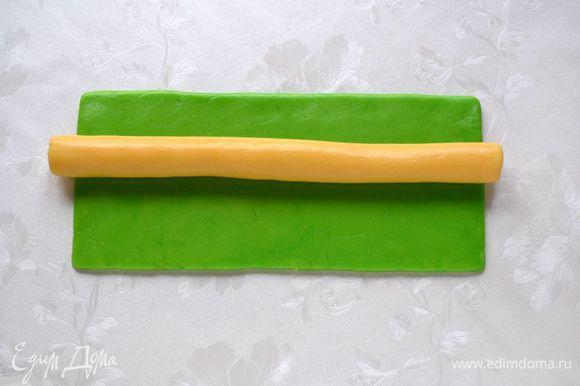 Из светлого теска раскатать колбаску длинной 25 см, выложить на зеленый прямоугольник.