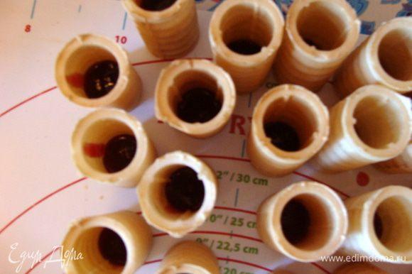 Две пачки по 38 г трубочек наполнить на 1/4 - 1/3 брусничным джемом. Это лучше сделать заранее, чтобы потом сразу их выставить на корж или выставить на корж и потом наполнить джемом.