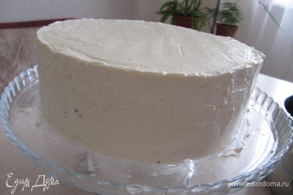 Смажьте кремом верх и края торта. Торт должен быть ровным.