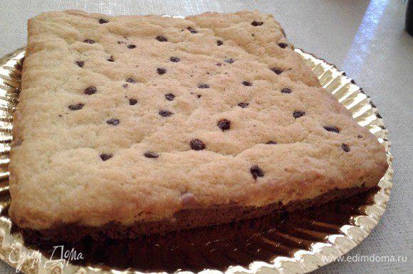 Выложить ровным слоем. Можно украсить шоколадными каплями для большего сходства с печеньем. Выпекать 25-30 минут на 180 С, в зависимости от размера формы и толщины слоя. Брауни должен быть влажным. У меня получилось 25 минут. Фото получилось не супер, но зато аромат стоял... Фото в разрезе, к сожалению, приложить не могу, пирог был в подарок, надо было дарить целиком. Приятного аппетита!