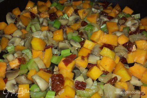 Вяленые томаты режем мелкими кубиками, отправляем к остальным, перемешиваем, тушим.