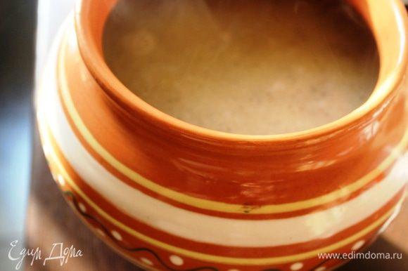 Далее пробуем на соль (при необходимости добавляем), выливаем полученную смесь в подходящую емкость (у меня чугунок) и ставим в разогретую до 200 градусов духовку, ничем не накрывая, до образования румяной пенки.