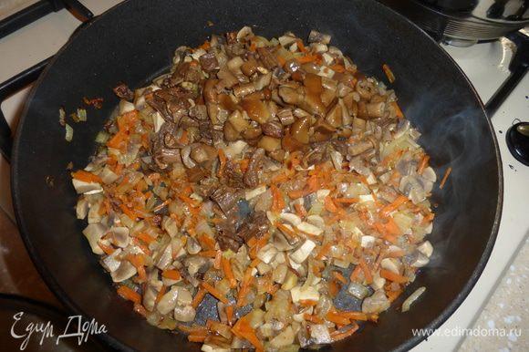 Затем добавляем в сковороду отваренные сухие грибы и опята, все хорошо перемешиваем и тушим эту овощно-грибную массу еще 3-5 минут.