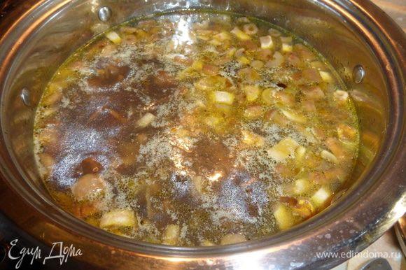 В кастрюлю с почти готовым картофелем выкладываем со сковороды нашу зажарку и варим все до готовности картофеля. В последний момент высыпаем в наш суп вермишель-соломку, все хорошо перемешиваем ложкой, чтобы вермишель не слиплась, даем супу закипеть, и практически сразу снимаем с огня, дабы вермишель не сильно разварилась.