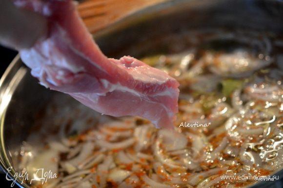 Сложим ребрышки в горячий маринад и готовим 1 час.